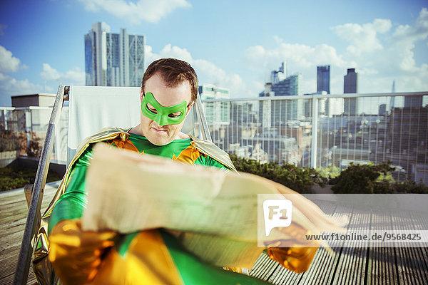 Dach,Superheld,Großstadt,Zeitung,vorlesen