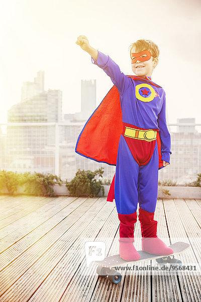 Dach,stehend,Junge - Person,Superheld,Großstadt,Skateboard