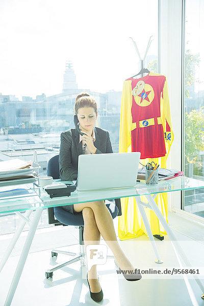hinter,Geschäftsfrau,Schreibtisch,arbeiten,Superheld,Büro,Kostüm - Faschingskostüm,Verkleidung