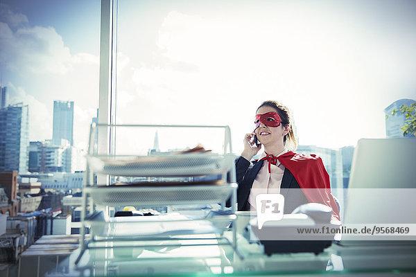 Geschäftsfrau,Schreibtisch,sprechen,Büro,Maske,telefoniert
