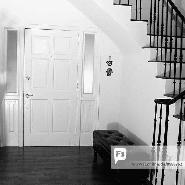 couch eingang haust r modern treppenhaus lizenzfreies. Black Bedroom Furniture Sets. Home Design Ideas