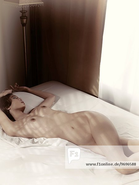 Bett und Nacht nackt