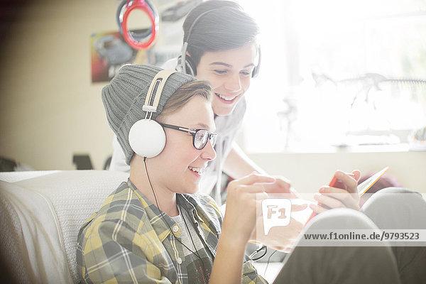 Jugendlicher,zuhören,Junge - Person,Kopfhörer,Musik,2,Klassisches Konzert,Klassik