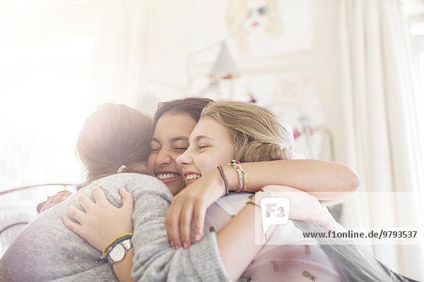 Interior,zu Hause,Jugendlicher,umarmen,3,Mädchen