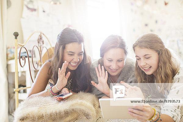 liegend,liegen,liegt,liegendes,liegender,liegende,daliegen,benutzen,Jugendlicher,Kommunikation,Bett,Tablet PC,3,Mädchen
