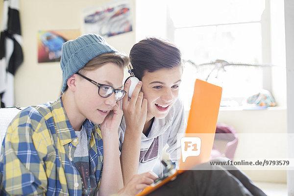 Jugendlicher,Notebook,teilen,Junge - Person,Zimmer,Kopfhörer,2