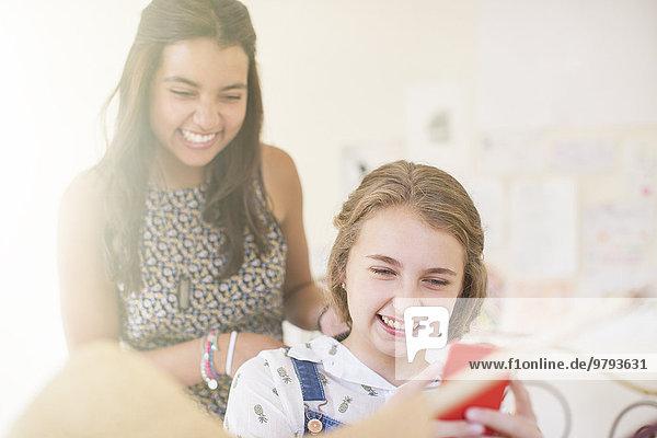 Jugendlicher,teilen,lächeln,2,Mädchen,Smartphone