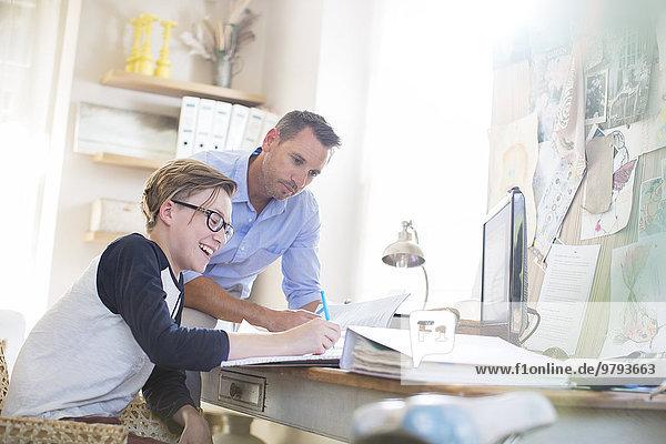 Jugendlicher,Menschlicher Vater,Sohn,Hilfe,Zimmer,Hausaufgabe