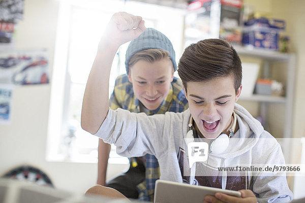 benutzen,Jugendlicher,Junge - Person,2,Tablet PC,Spaß