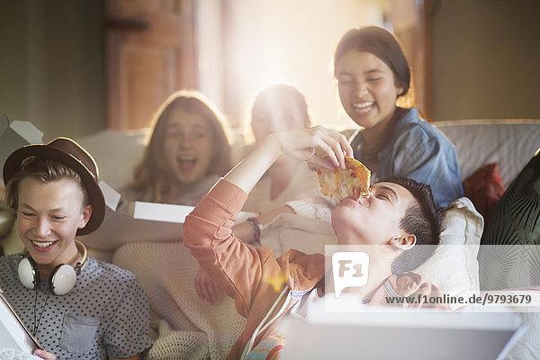 Jugendlicher,Couch,Zimmer,Pizza,essen,essend,isst,Wohnzimmer