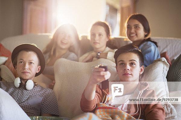 Zusammenhalt,Jugendlicher,sehen,Couch,Fernsehen