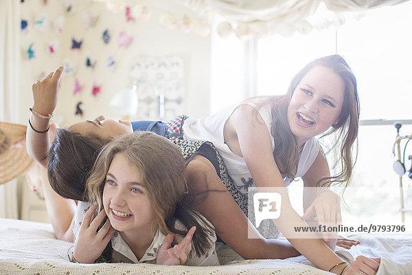 Jugendlicher,Schlafzimmer,Bett,3,Mädchen,spielen