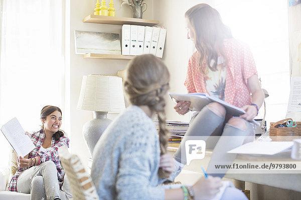 Jugendlicher,Zimmer,3,Mädchen,Hausaufgabe