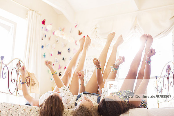 hoch,oben,liegend,liegen,liegt,liegendes,liegender,liegende,daliegen,Jugendlicher,Bett,3,Mädchen