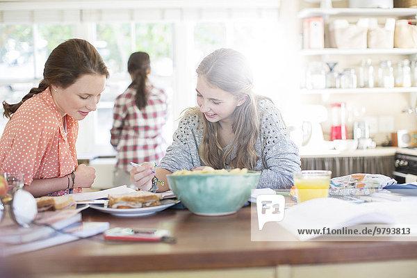 Jugendlicher,lernen,Küche,Mädchen,Tisch