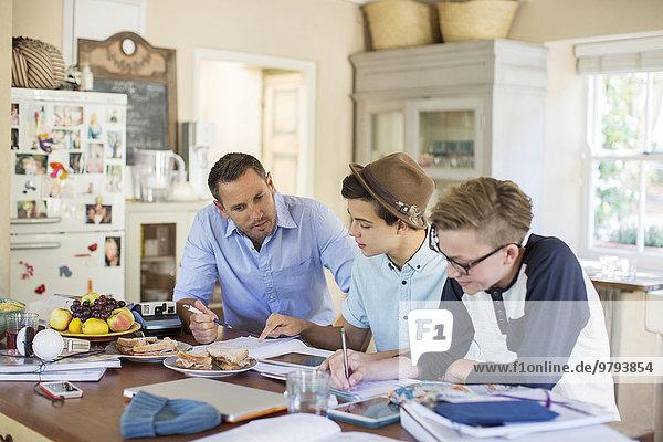Jugendlicher,Mann,Junge - Person,Hilfe,Mittelpunkt,Tisch,Erwachsener