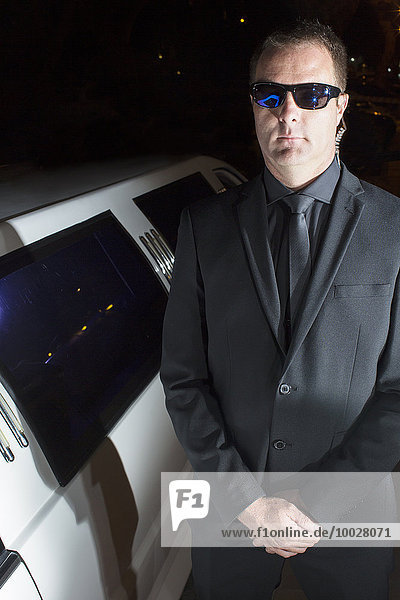 Außenaufnahme,Portrait,ernst,Fest,festlich,Sonnenbrille,Bodyguard,Limousine