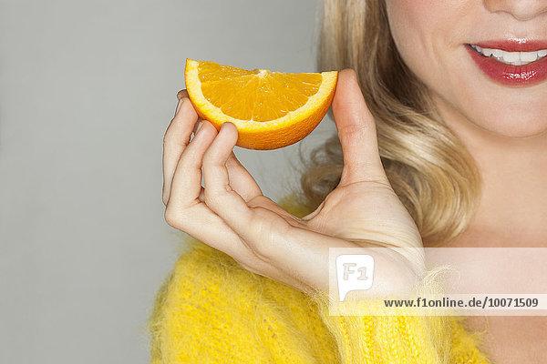 Frau,Schönheit,halten,Scheibe,Close-up,orangefarben,orange