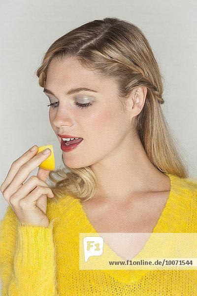 Frau,Scheibe,Close-up,essen,essend,isst,orangefarben,orange