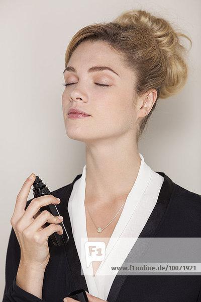 eincremen,verteilen,Frau,Schönheit,Parfüm,auftragen