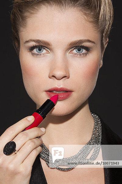 eincremen,verteilen,Portrait,Frau,Schönheit,Lippenstift,auftragen