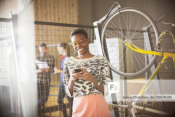 Handy,Geschäftsfrau,Kurznachricht,lächeln,Fahrrad,Rad