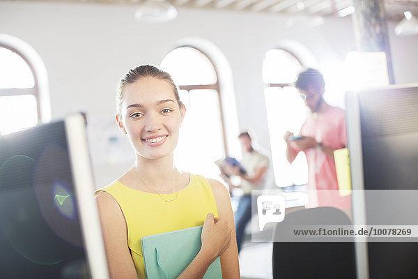 Portrait,Geschäftsfrau,Computer,lächeln,Büro