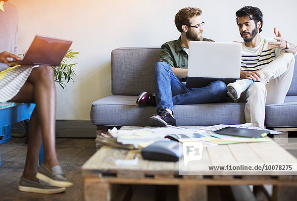 benutzen,sprechen,Notebook,Geschäftsmann,Freizeitbekleidung,Couch