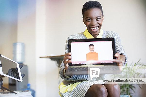 zeigen,Portrait,Geschäftsfrau,Notebook,Fotografie,lächeln,Einsamkeit