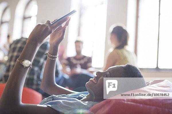 benutzen,Geschäftsfrau,Freizeitbekleidung,Stuhl,lächeln,Tasche,Tablet PC,Bohne