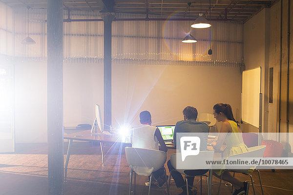 zeigen,Mensch,Notebook,Geschäftsbesprechung,Menschen,Vorbereitung,Zimmer,Geräusch,Business,Konferenz