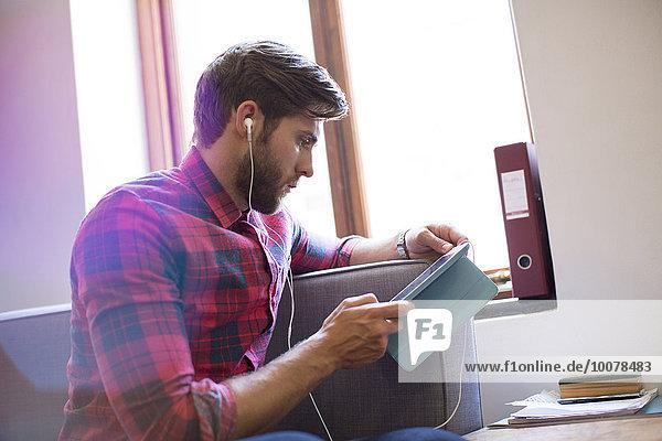Geschäftsmann,Freizeitbekleidung,Kopfhörer,Tablet PC