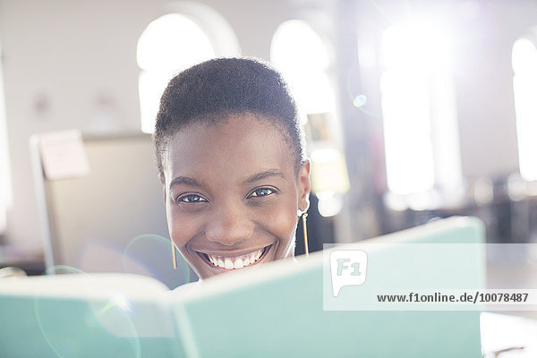 hinter,Portrait,Geschäftsfrau,Buch,lächeln,Büro,Taschenbuch