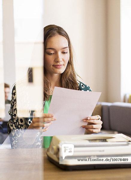 Geschäftsfrau,unterhalten,Kreativität,Schreibmaschine,Büro,Schreibarbeit