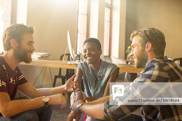 sprechen,Mensch,Freizeitbekleidung,Büro,Menschen,Geschäftsbesprechung,Besuch,Treffen,trifft,Business