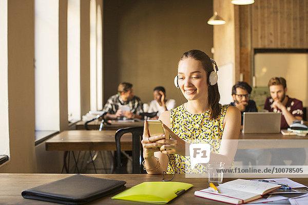 Handy,benutzen,Geschäftsfrau,Freizeitbekleidung,Kopfhörer,Büro