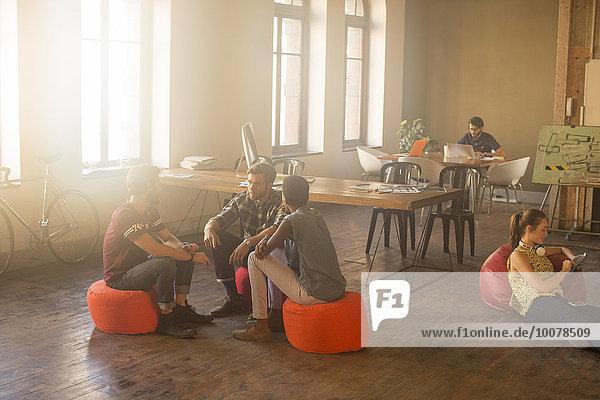 Mensch,Freizeitbekleidung,Büro,Menschen,Geschäftsbesprechung,Kreis,Besuch,Treffen,trifft,Sonnenlicht,Business