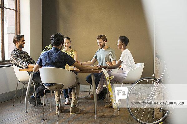Mensch,Kreativität,Menschen,Menschliche Hand,Menschliche Hände,Geschäftsbesprechung,halten,Besuch,Treffen,trifft,Tisch,Business