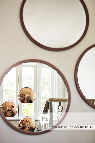 beleuchtung h ngen kupfer licht rund spiegel spiegelung lizenzfreies bild bildagentur. Black Bedroom Furniture Sets. Home Design Ideas