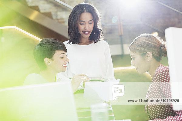 Geschäftsfrau,unterhalten,Büro,Schreibarbeit