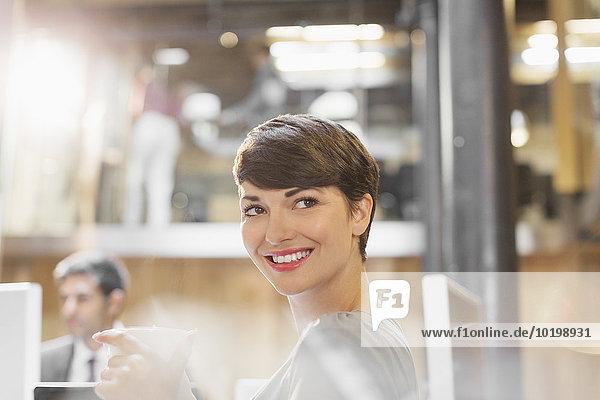 Geschäftsfrau,lächeln,Büro,trinken,Kaffee