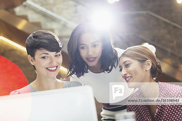 benutzen,Geschäftsfrau,Notebook,Büro
