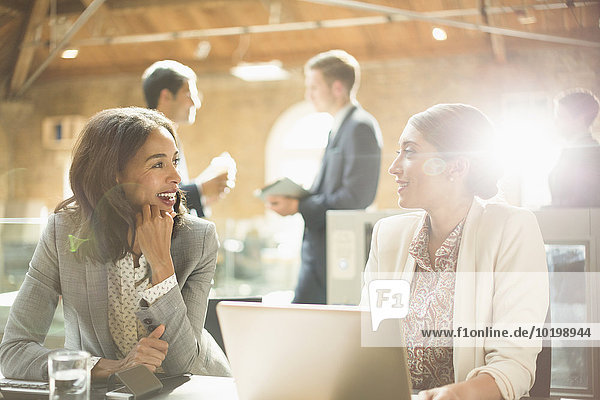 Geschäftsfrau,sprechen,Notebook,arbeiten,Büro