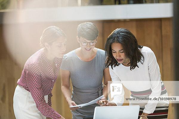 Geschäftsfrau,Notebook,arbeiten,Büro