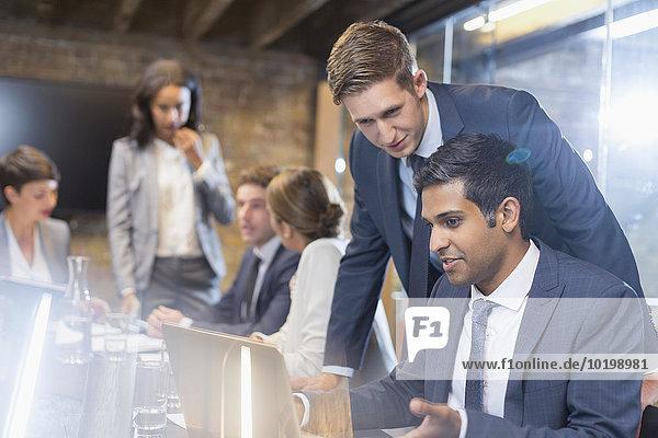 Notebook,Geschäftsmann,Geschäftsbesprechung,Zimmer,arbeiten,Besuch,Treffen,trifft,Konferenz