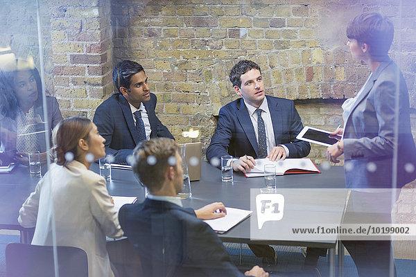 führen,Geschäftsfrau,Geschäftsbesprechung,Zimmer,Besuch,Treffen,trifft,Tablet PC,Konferenz
