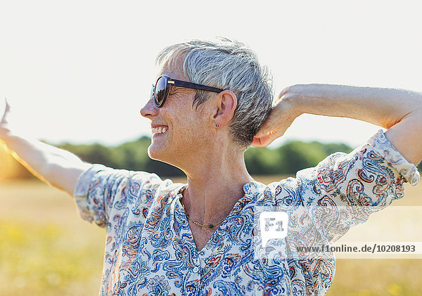 Senior,Senioren,Frau,Begeisterung,Feld,Sonnenlicht,Arme ausbreiten,Arme ausstrecken,strecken