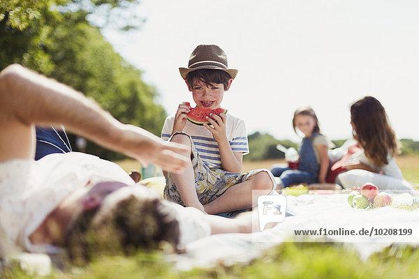 lächeln,Junge - Person,Decke,Feld,Sonnenlicht,Wassermelone,essen,essend,isst