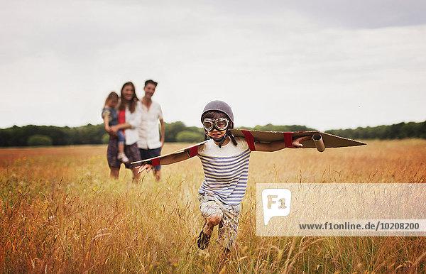 fliegen,fliegt,fliegend,Flug,Flüge,Spiel,Junge - Person,Schutzbrille,Mütze,Feld
