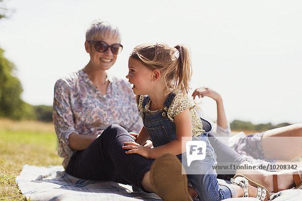 lachen,Decke,Enkeltochter,Großmutter,Feld,Sonnenlicht